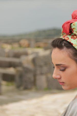 אישה מדגמנת מטפחת אדומה-ירוקה של בישיק